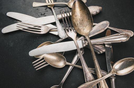 Silber hat eine Schwäche – es läuft an. Warum Silberschmuck und Silberbesteck schwarz anlaufen, erfahren Sie hier im Artikel.