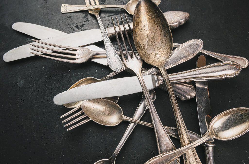 Silber hat eine Schwäche – es läuft an. Warum Silberschmuck und Silberbesteck schwarz anlaufen, erfahren Sie hier im Artikel. Foto: Photocase / Imago-Images.de