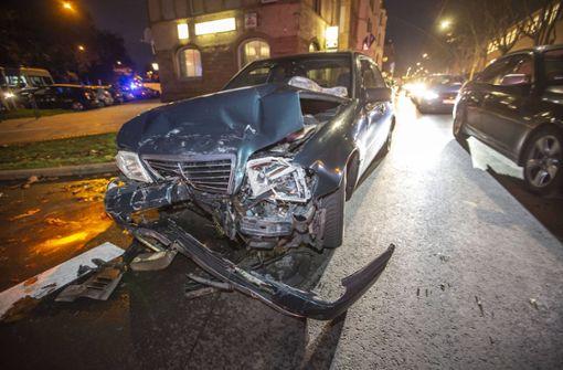 Rover kracht in Mercedes – zwei Verletzte
