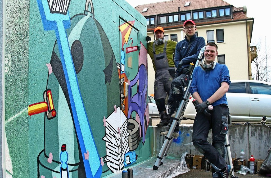 Die neue Umspannstation kann sich sehen lassen. Philipp Becker, Nick Gutekunst und Lukas Wurmbach (von links) nach getaner Arbeit an der Grenzstraße. Foto: Susanne Müller-Baji