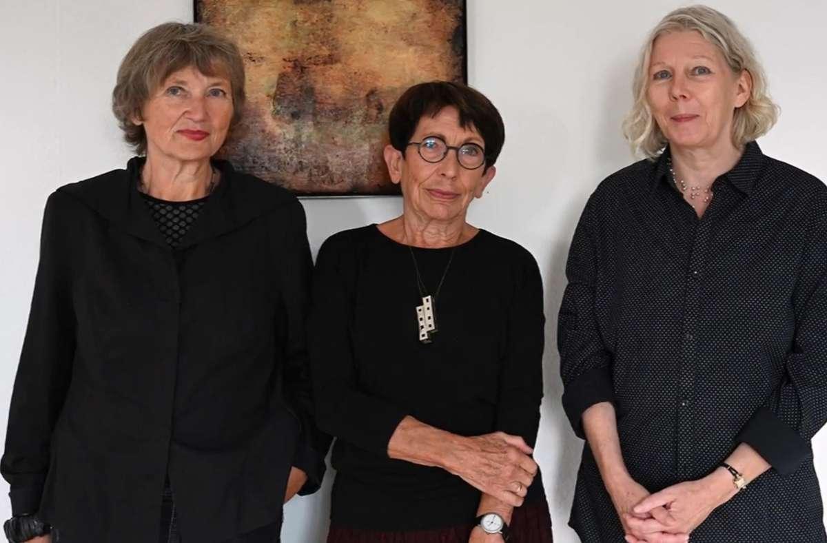 Christel Friedmann, Barbara Holder-Steegmüller und Martina Hampe (von links) bespielen derzeit die Ausstellungsräume im Alten Amtsgericht. Foto: Böblinger Kunstverein