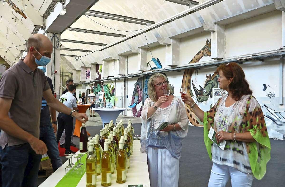Die Druckerei hat sich zur Kunstausstellungs-Halle gewandelt. Die Gäste der Messe zeigten sich begeistert. Foto: urh/Ulrike Rapp-Hirrlinger