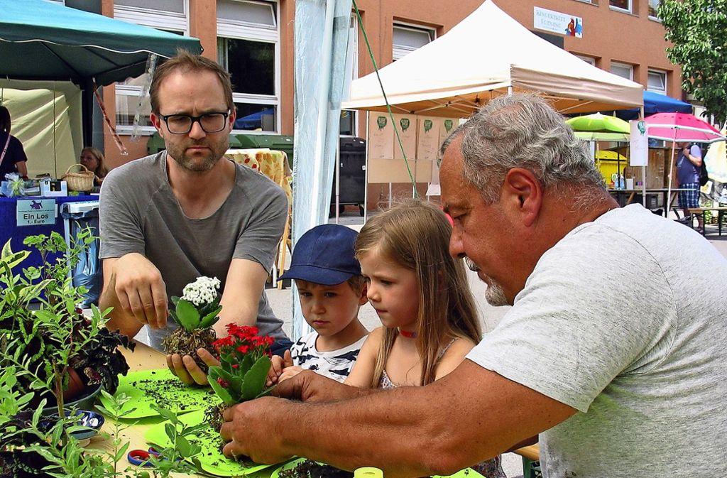 Bei der Gemeinschaft der Gartenfreunde konnten Kinder  Mooskugeln basteln. Foto: Susanne Müller-Baji
