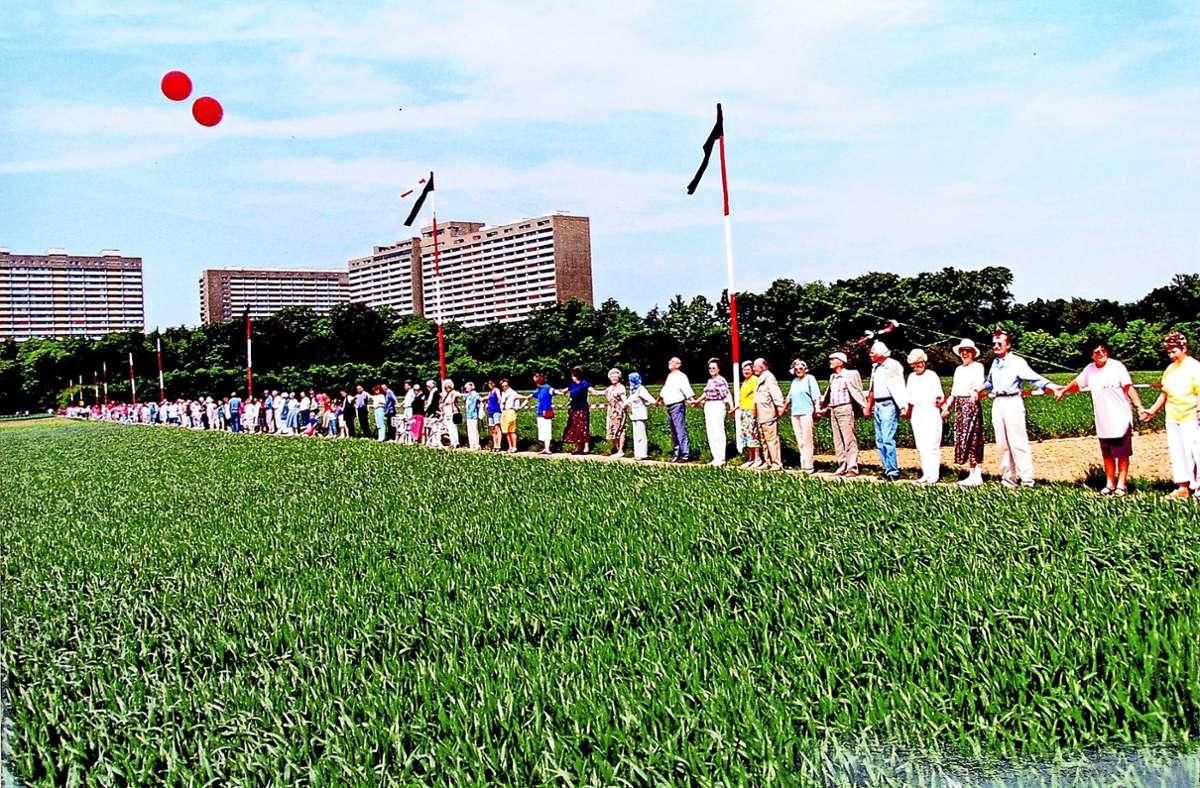 Immer wieder kam und kommt das Gespräch auf die Bebauung des Birkacher Felds. Das Foto zeigt eine protestierende Menschenkette im Jahr 1992. Foto: privat