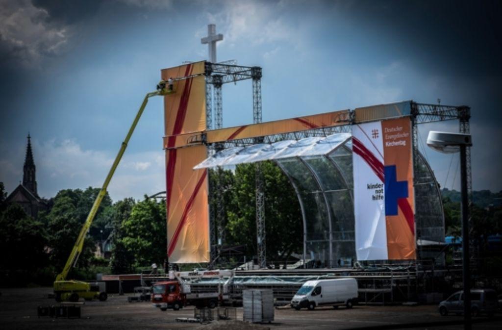 Die Bühne auf dem Cannstatter Wasen hat die Form einer Kirche. Foto: Lichtgut/Zweygarth
