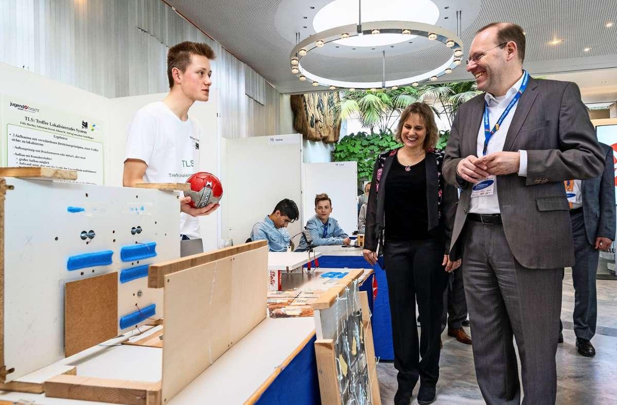 Ein Bilder aus dem vergangenen Jahr vom Regionalwettbewerb Jugend forscht: Dieses Jahr muss  der Oberbürgermeister Bernd Vöhringer auf seinen Rundgang verzichten. Foto: factum/Granville