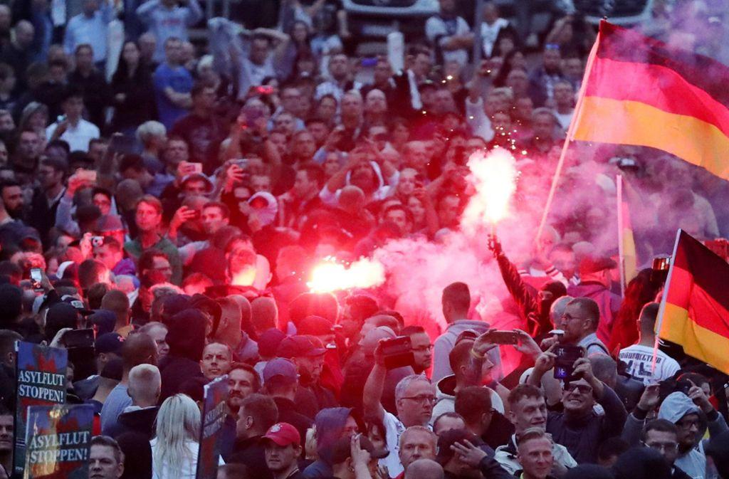 Von den Demonstrationen in Chemnitz liegt viel Videomaterial vor, das nun ausgewertet wird. Foto: dpa