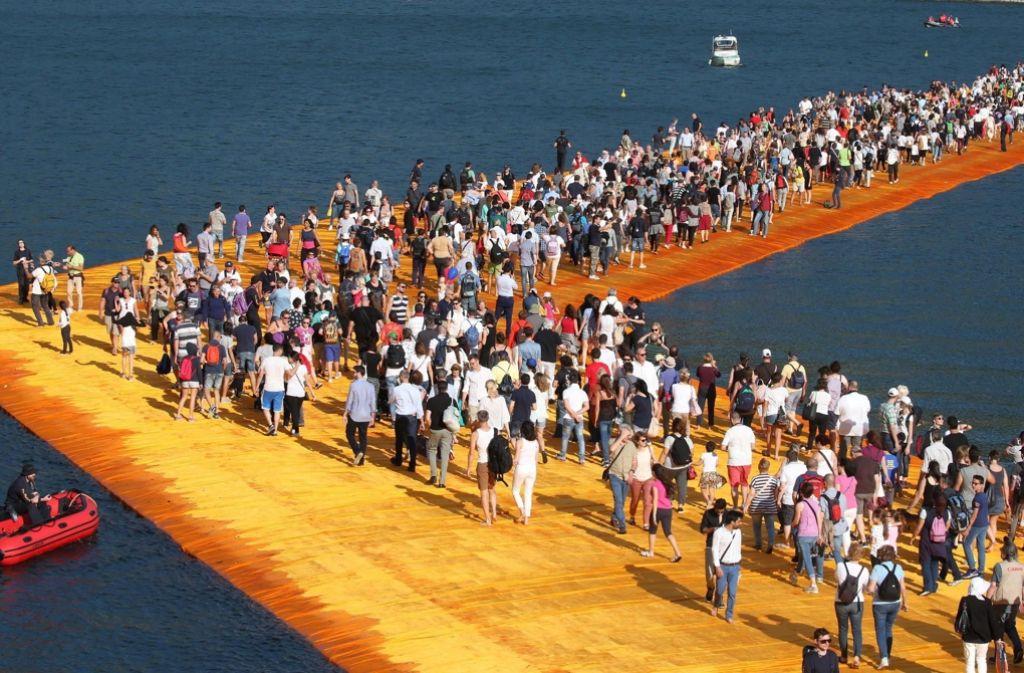 """Christos Installation """"The Floating Piers"""" hält dem enormen Besucheransturm nicht Stand. Foto: dpa"""