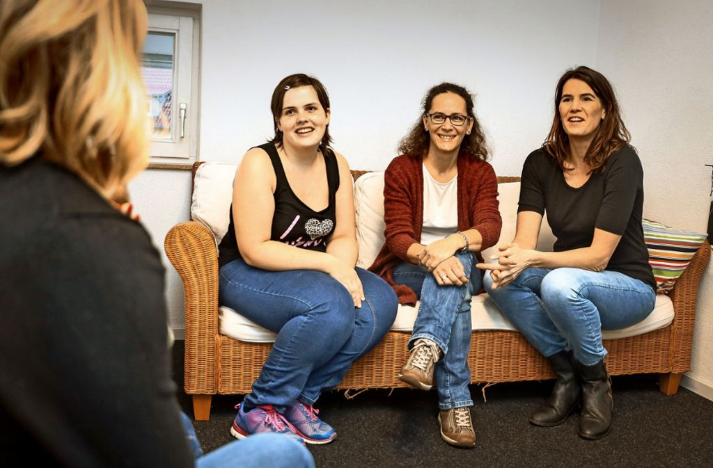 Mitglieder der Selbsthilfegruppe bei einem Treffen in Gärtringen: Rechts sitzt die Vereinsgründerin Gail McCutcheon. Foto: factum/Simon Granville