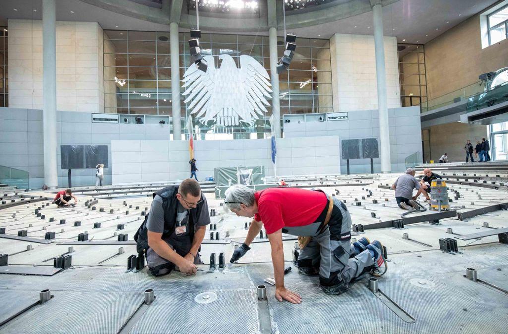Arbeiten im Plenarsaal des Bundestags Foto: dpa