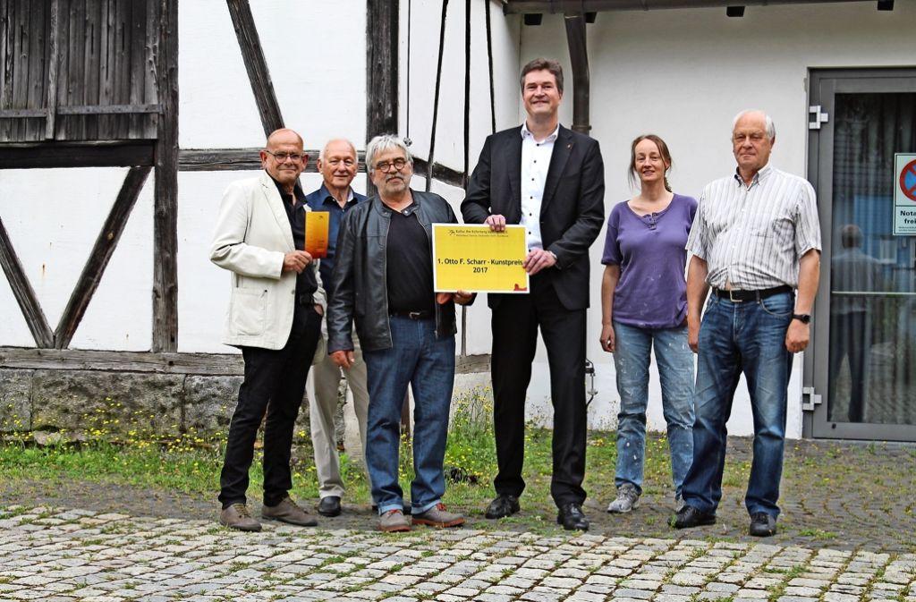 Rainer Scharr von der Otto-F.-Scharr-Stiftung (Dritter von rechts) und der Vorstand  von Kultur am  Kelterberg freuen sich über die Neuerung. Foto: Sabine Schwieder