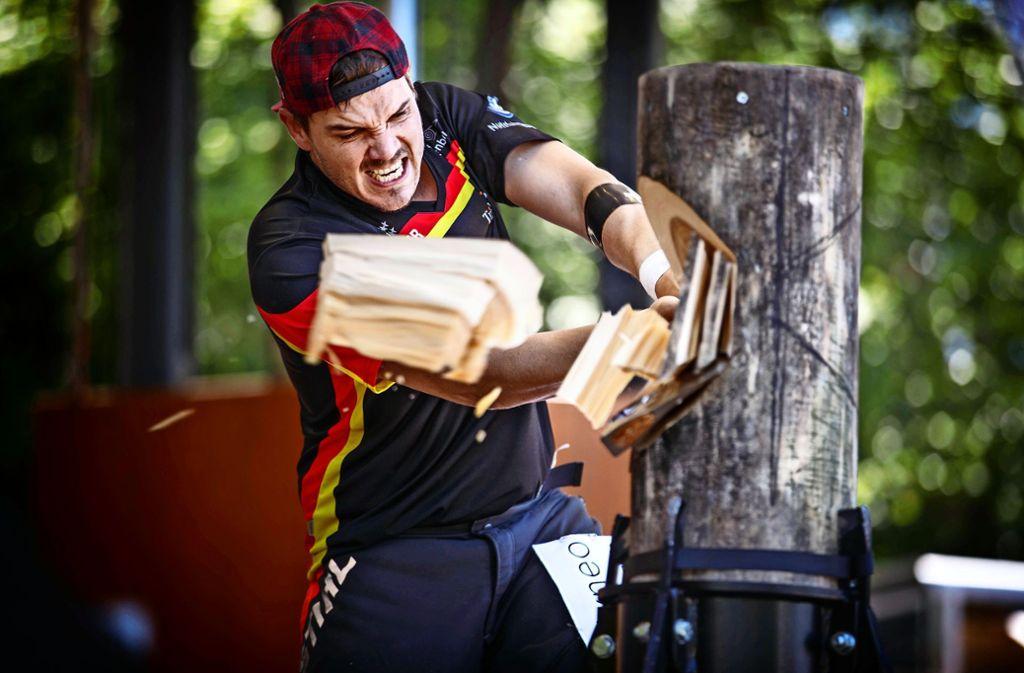In einer Minute zerteilt ein Sportholzfäller vier Baumstämme. Foto: