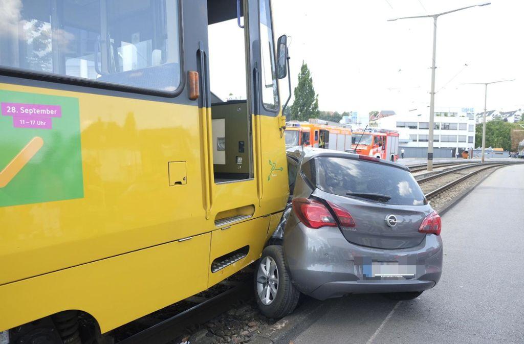 Eine Stadtbahn ist mit einem Pkw zusammengestoßen. Foto: 7aktuell.de/Frank Herlinger