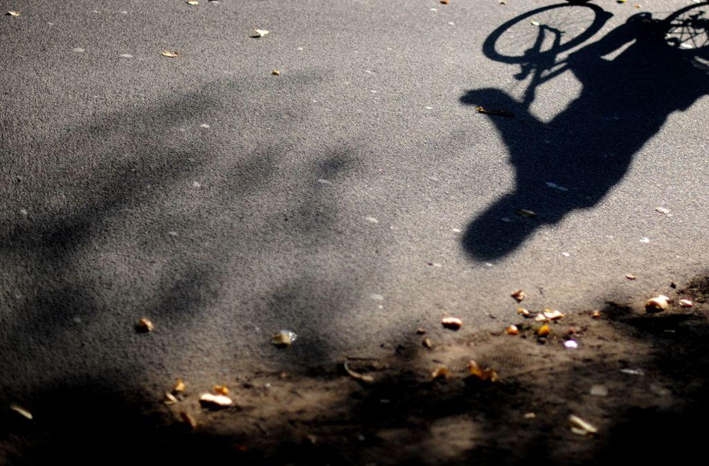 Der Rettungsdienst kümmerte sich noch vor Ort um den Radfahrer. (Symbolbild) Foto: dpa/Julian Stratenschulte