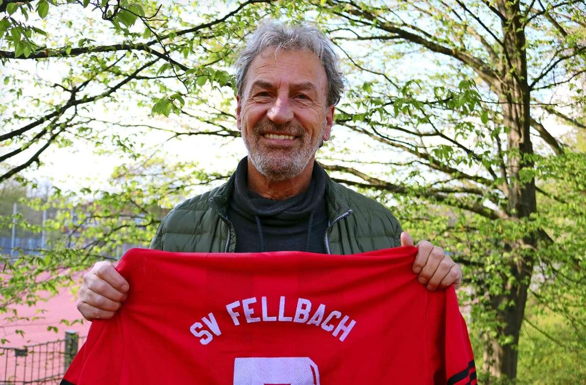 Thomas Lösch hält das Trikot des SV Fellbach in Ehren: Mit den Seniorenfußballern feierte der Schmidener zweimal die württembergische Meisterschaft. Foto: Eva Herschmann
