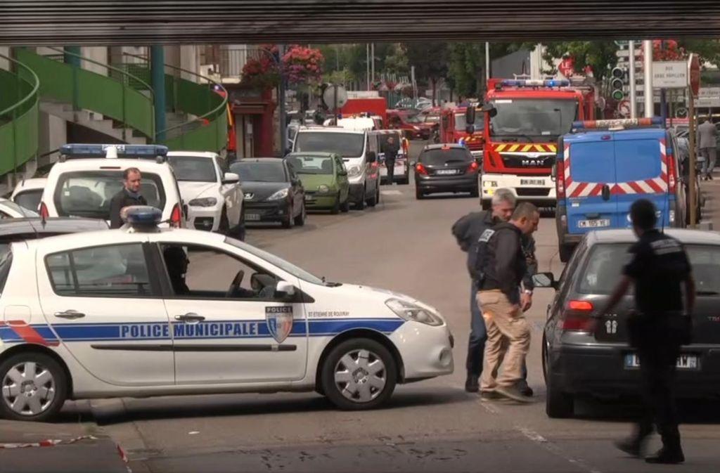 Nach einer Geiselnahme in einer Kirche in Nordfrankreich hat die Anti-Terror-Abteilung der Pariser Staatsanwaltschaft die Ermittlungen übernommen. Foto: AP