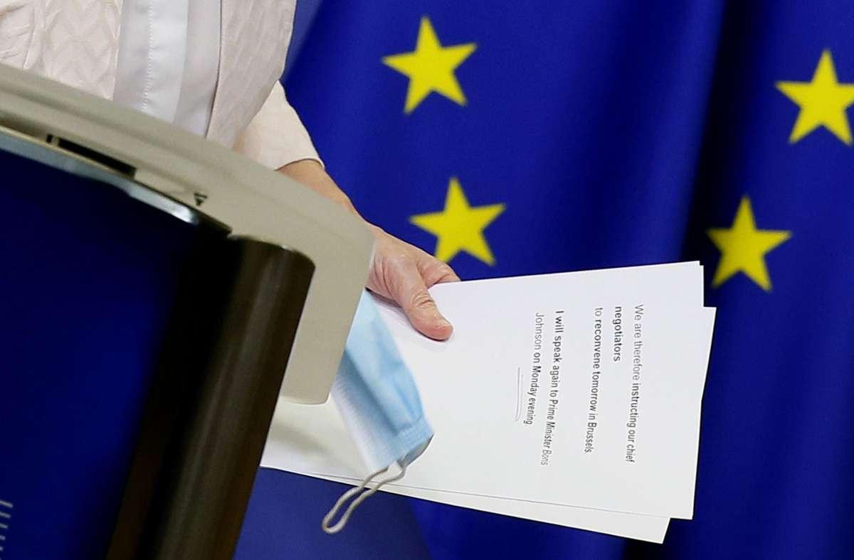 Knapp vier Wochen vor Ende der Brexit-Übergangsphase bleiben immer noch entscheidende Differenzen, wie EU-Kommissionschefin Ursula von der Leyen nach einem Telefonat mit Boris Johnson mitteilte. Foto: AP/Julien Warnand