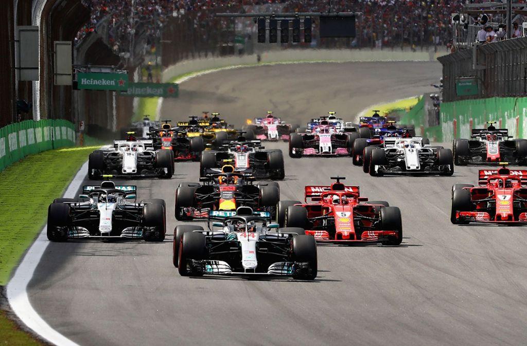 Lewis Hamilton fuhr beim Großen Preis von Brasilien in São Paulo einen hart umkämpften Zittersieg vor Mexiko-Sieger Max Verstappen im Red Bull und Kimi Räikkönen im Ferrari ein. Foto: Getty Images South America