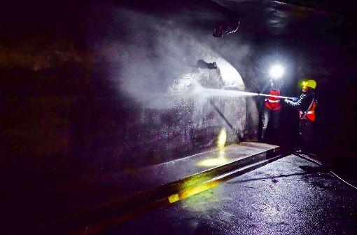 Mit Hochdruckreinigern spülen die Kanalarbeiter den Dreck von den Wänden. Er sammelt sich in einem Becken. Foto: Lichtgut/Achim Zweygarth