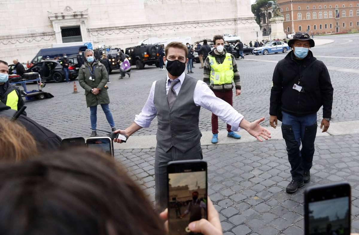 """Tom Cruise Ende November 2020 beim Dreh von """"M:I 7"""" auf der Piazza Venezia in Rom. Foto: imago images/Insidefoto/Samantha Zucchi"""