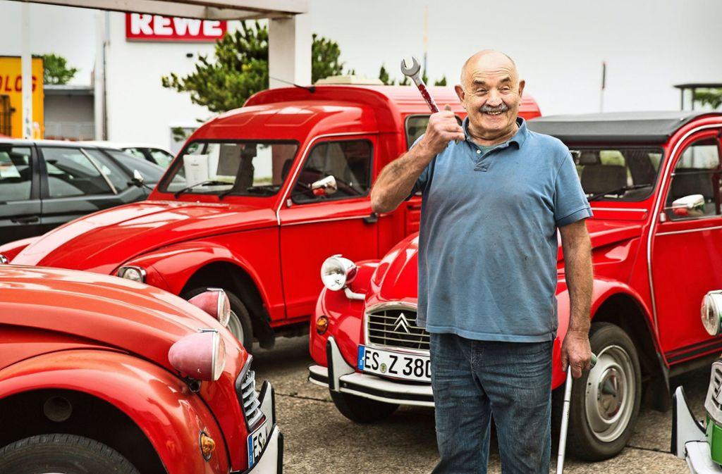 Günter Benz, Schraubenschlüssel in der Rechten und Rätsche in der Linken, war ein  Mechanikerleben damit beschäftigt,  flügellahme Enten zu kurieren. Fotos: Horst Rudel Foto: