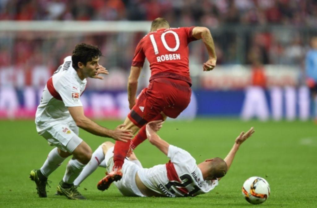 Auch die schwäbische Hürde haben die Bayern leicht genommen. Hier versuchen Emiliano Insúa (links) und Adam Hlousek den Münchner Arjen Robben zu bremsen. Foto: AFP