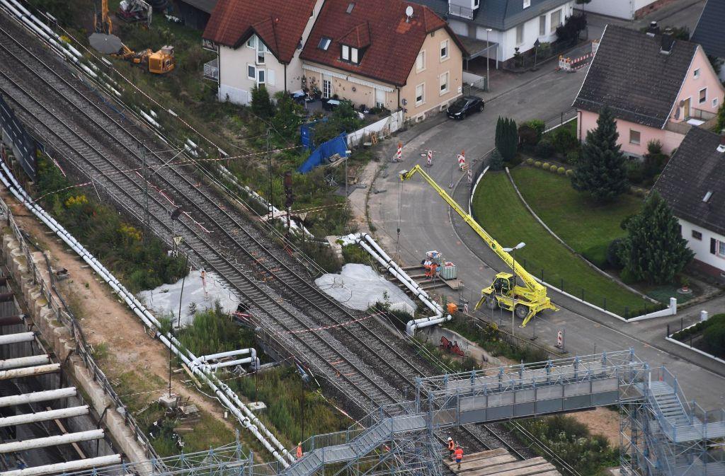 An den hellen Betonflächen haben sich die Schienen der Rheintalbahnstrecke abgesenkt. Foto: dpa