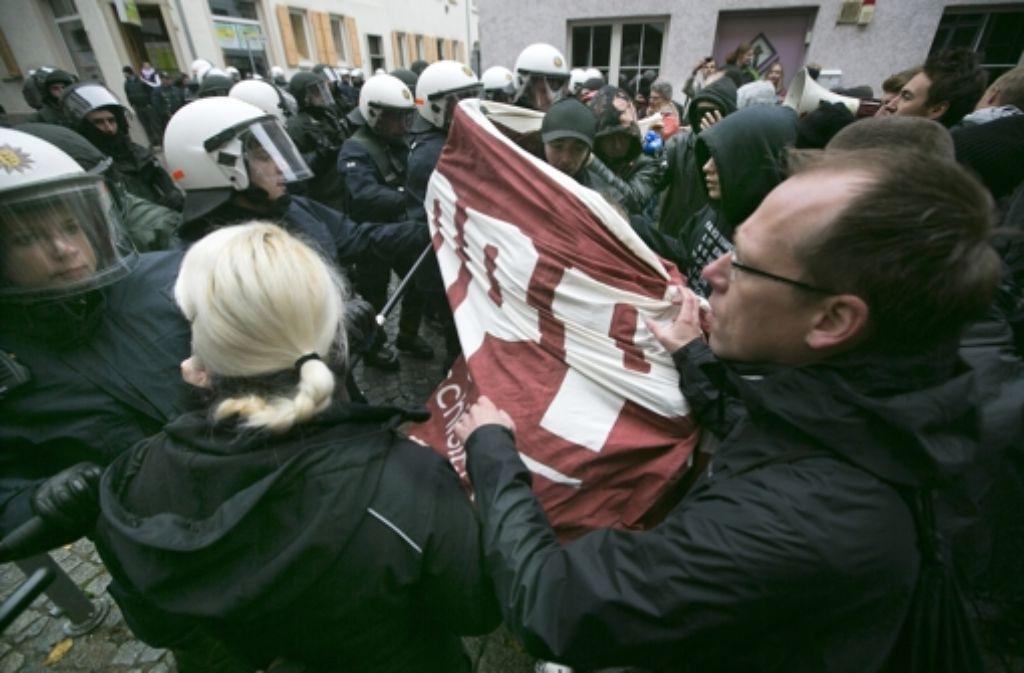 """Gegendemonstranten versuchen den Ausbruch aus dem Kessel, die Einsatzkräfte wenden """"UZW"""" an – unmittelbaren Zwang. Foto: Horst Rudel"""