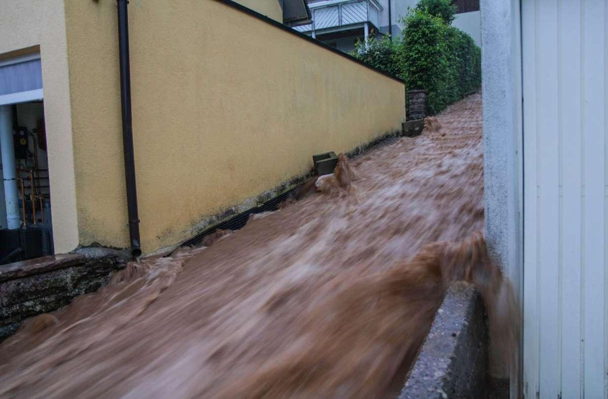Braune Wassermassen rauschen im baden-württembergischen Altensteig über eine Treppe nach unten nach heftigen Unwettern. Foto: Aaron Klewer/Einsatz-Report24/dpa