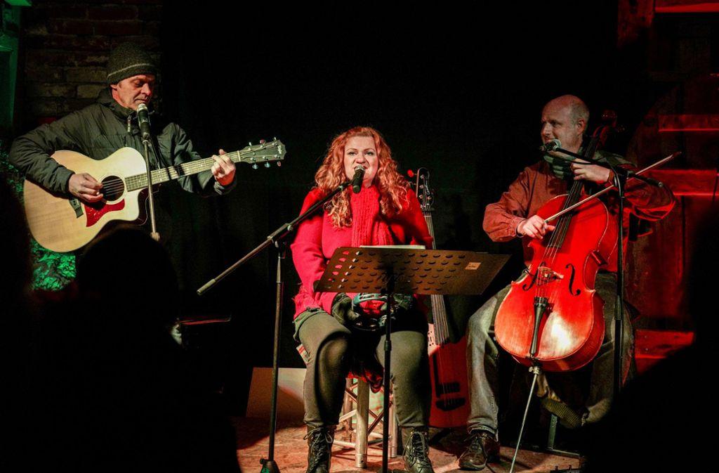 Die Band Nodding Heads und Rebecca Hart rocken in einer Scheune und sorgen für Begeisterung beim Publikum. Foto: Edgar Layher