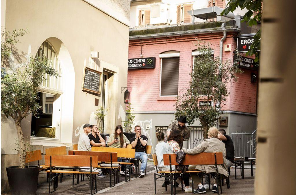 Die Fou Fou Bar an der Leonhardstraße ist wieder geöffnet – das Eros Center dahinter bleibt zu. Foto: Lichtgut/Julian Rettig