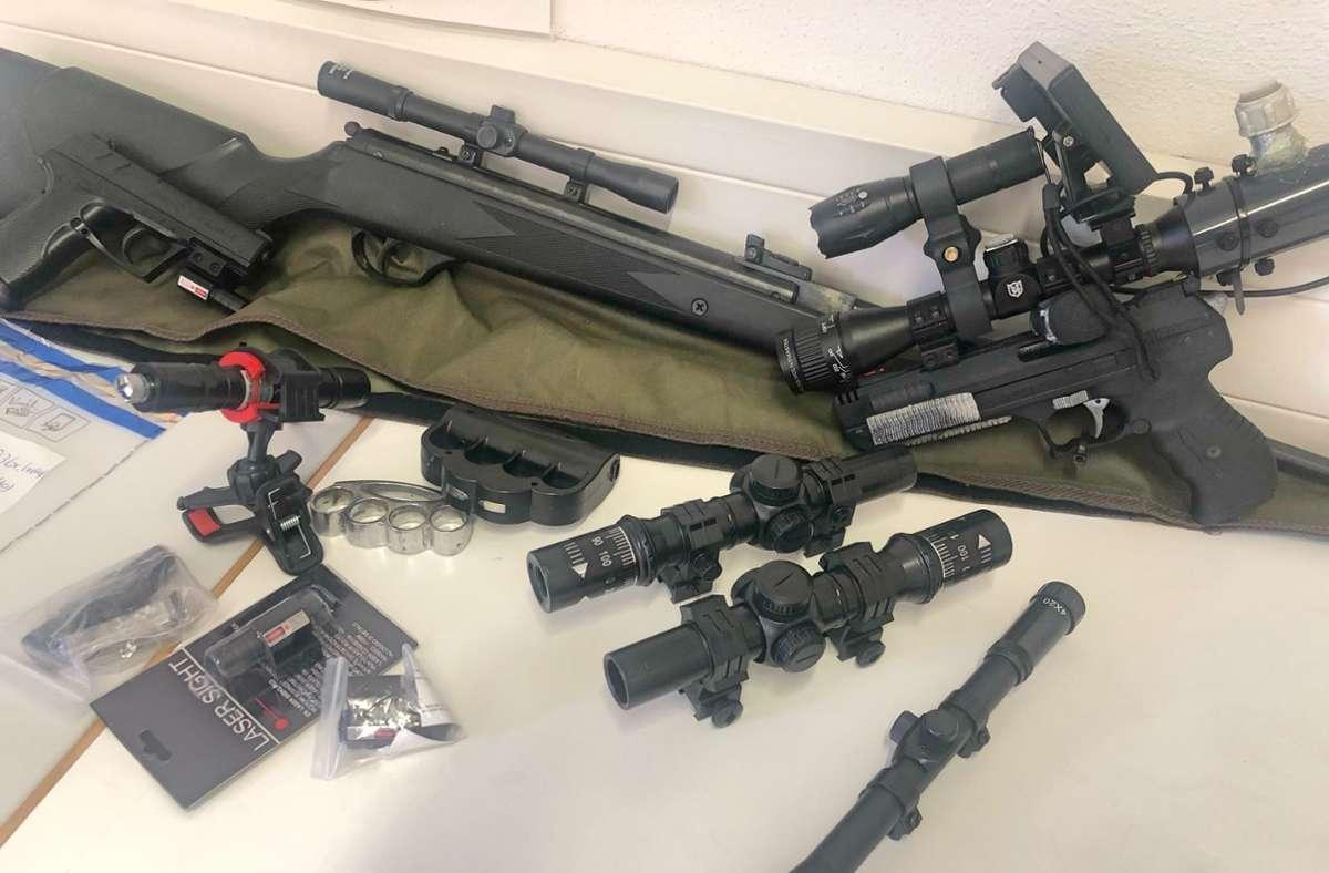 Diese Waffen hatte der 31-Jährige auf seiner Fahrt über die A8 bei Dornstadt bei sich. Foto: Hauptzollamt Stuttgart