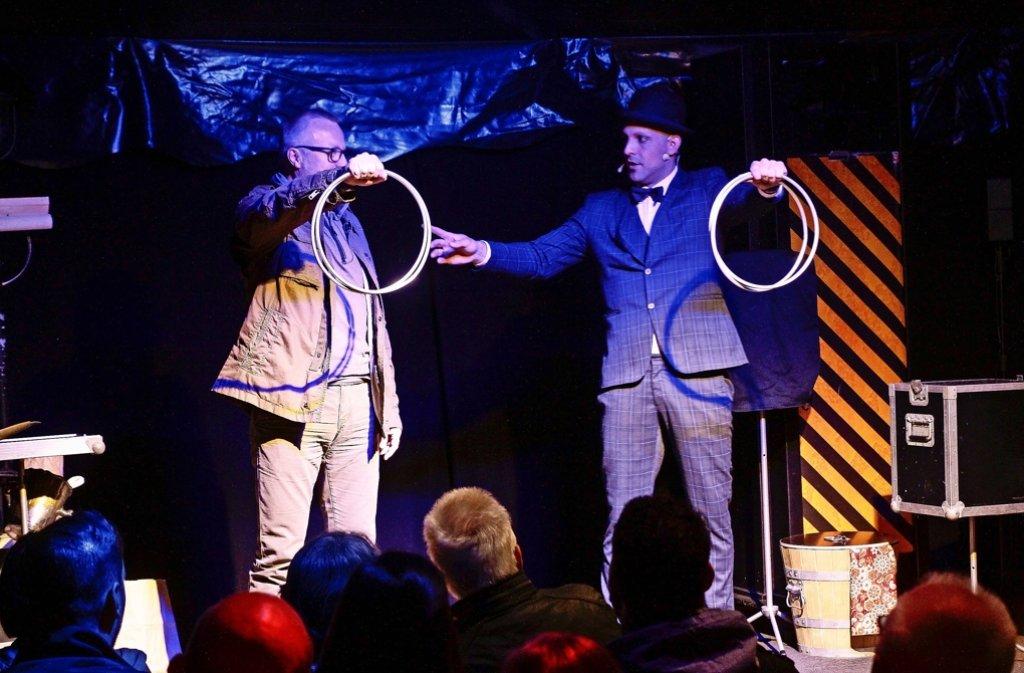 Verblüffende Tricks ganz nah am Publikum: Daniel Bornhäußer (rechts) begeistert. Foto: factum/Bach