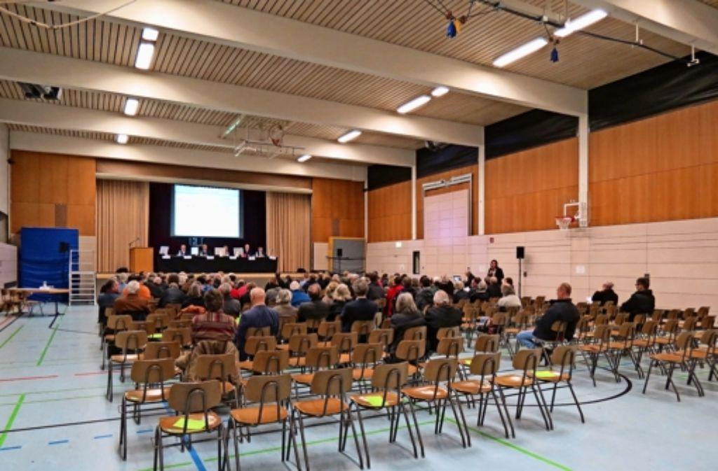 Viele Plätze blieben beim Info-Abend in der Versammlungshalle Ost leer. Foto: