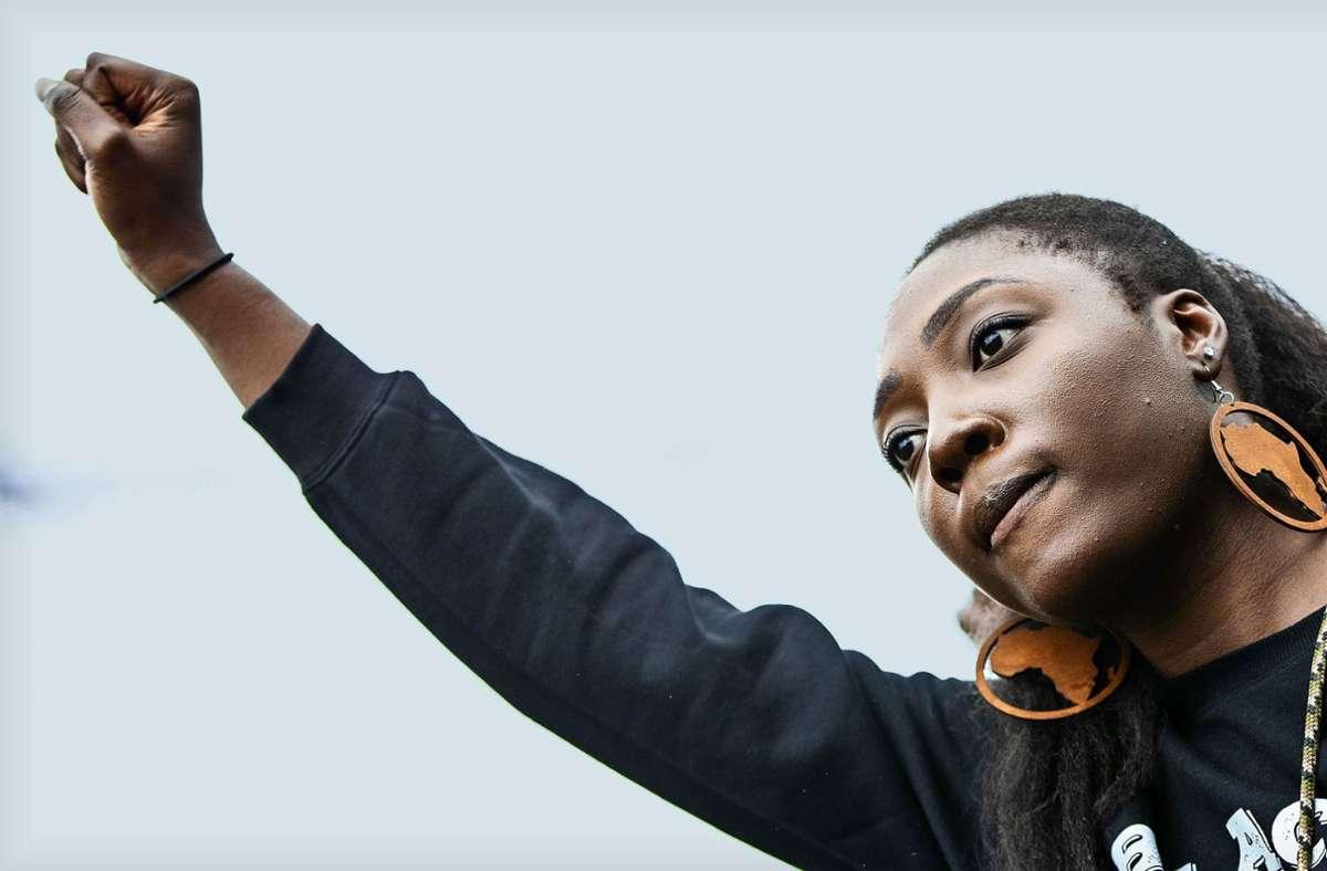 """Auch in Stuttgart haben vor gut einem Jahr zahlreiche Menschen unter dem Motto """"Black Lives Matter"""" gegen Rassismus demonstriert. Nadia Asiamah hat die Demo organisiert. Foto: dpa/Christoph Schmidt"""