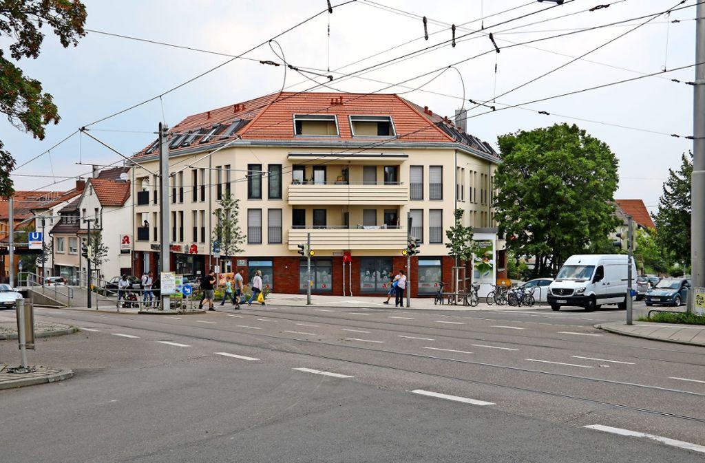 Der erneuerte Platzbereich an der Kreuzung Korntaler/Freihofstraße gilt aus Sicht der Stadtplaner als gelungen. Foto: Chris Lederer