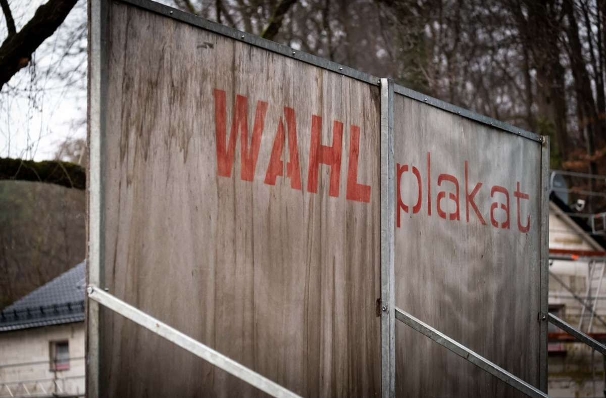 Man sollte immer auch hinter das Plakat schauen. Foto: Lichtgut//Achim Zweygarth