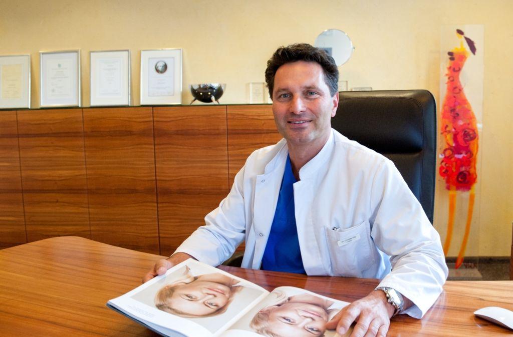 Chirurg Dr. Christian Fitz mit einem Vorher-Nachher-Vergleichsbild Foto: Lichtgut - Oliver Willikonsky
