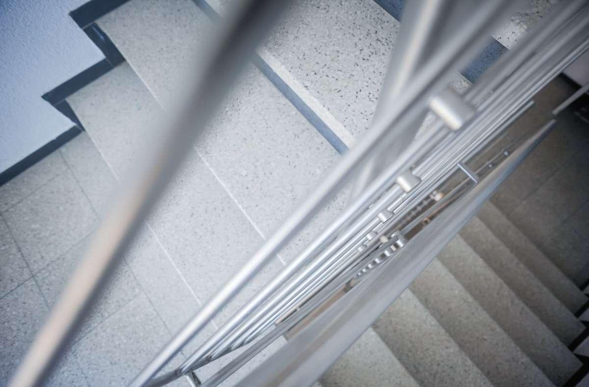 Zwei Stockwerke ohne Aufzug kann Frau Z. nicht schaffen. Foto: Lichtgut/Max Kovalenko