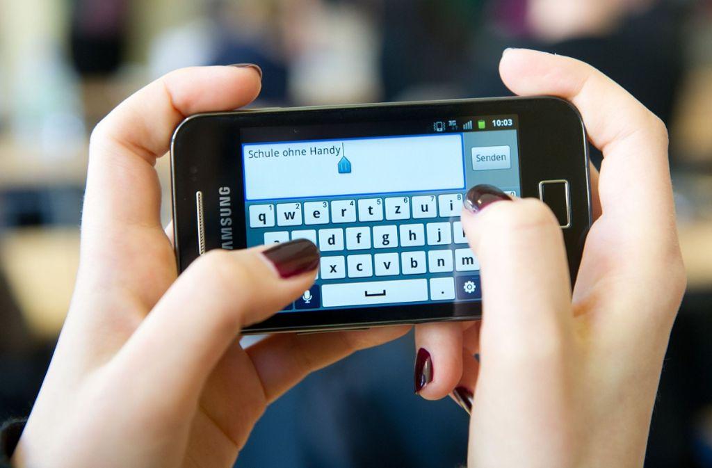 Geht es nach dem Lehrerverband, dann soll die Handynutzung in Schulen eingedämmt werden. Foto: dpa