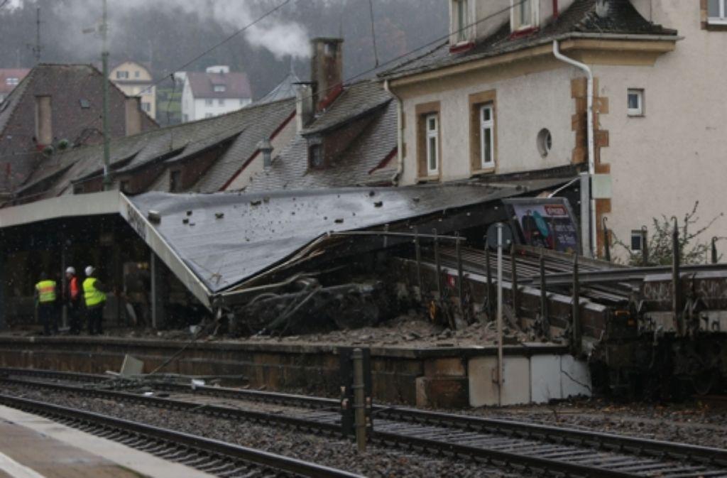Der Bahnhof Feuerbach ist schwer beschädigt worden. Foto: Steinert