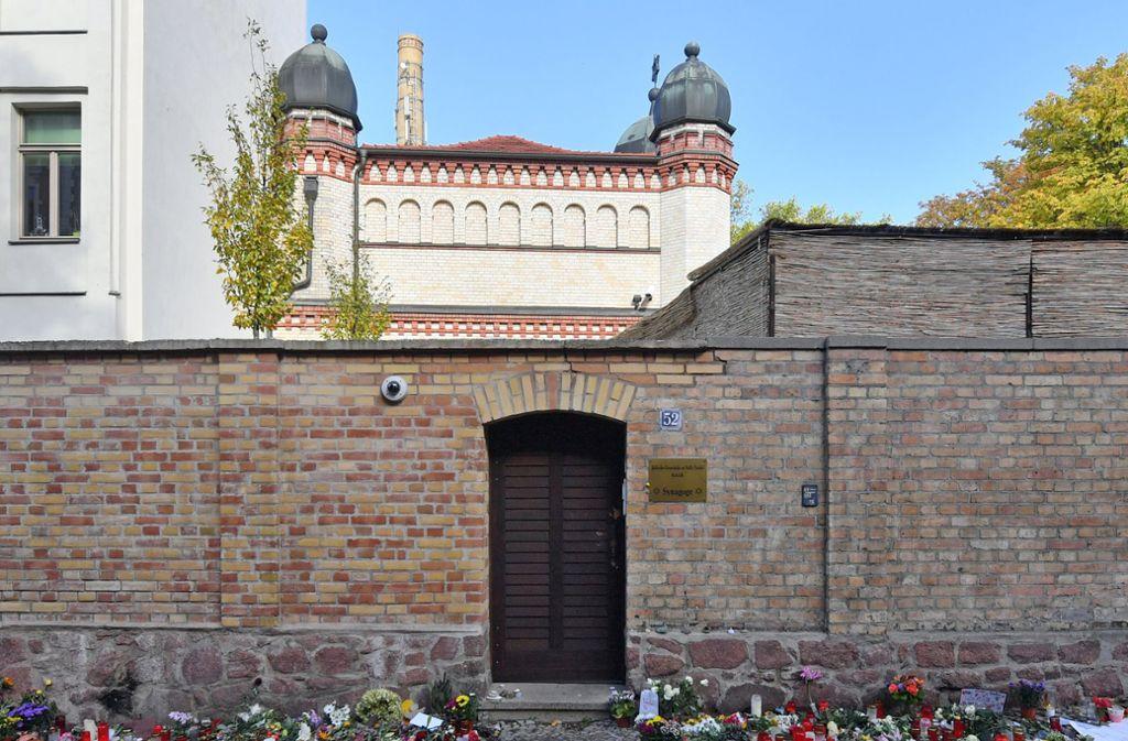 Weil sie standhielt, konnten viele weiterleben: Die Tür zur Synagoge in Halle, wo ein Attentat im Oktober stattgefunden hat. (Archivbild) Foto: dpa/Hendrik Schmidt