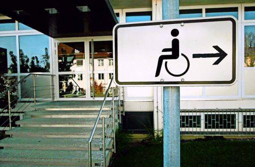 Türsteher weist Rollstuhlfahrer  ab