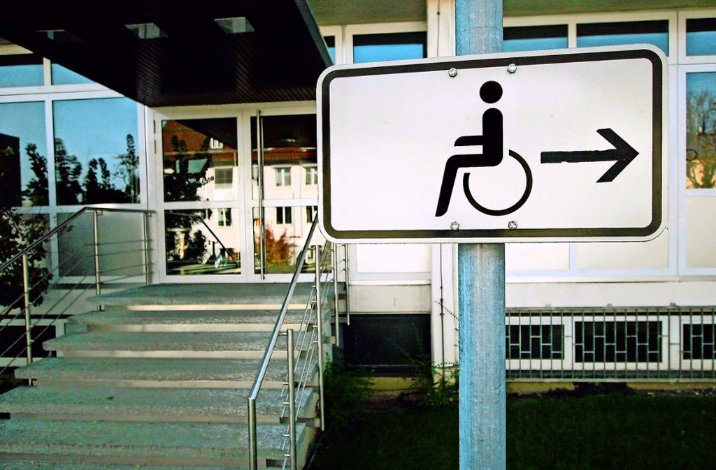 Nicht nur tagsüber kommen Rollstuhlfahrer oft nur auf Umwegen weiter, auch in der nächtlichen Clubszene ist ihnen der Weg manchmal versperrt. Foto: