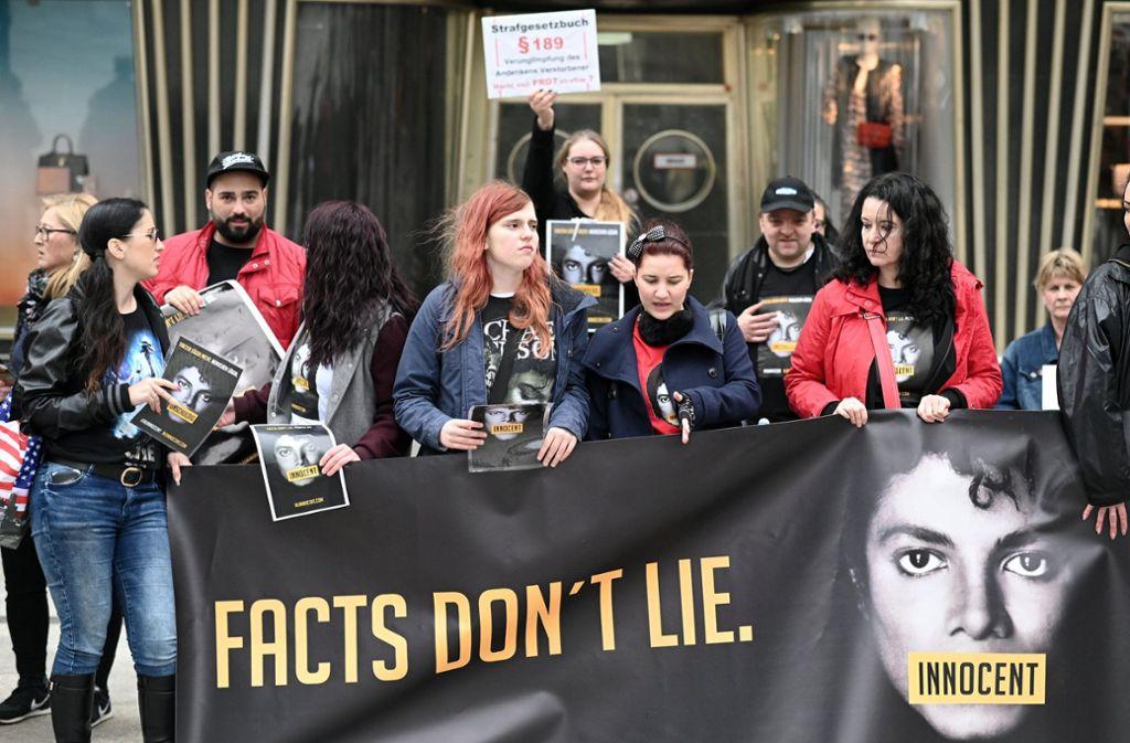 """Fans von Michael Jackson protestierten auch schon in Köln gegen die TV-Ausstrahlung der Dokumentation """"Leaving Neverland"""". Foto: dpa"""