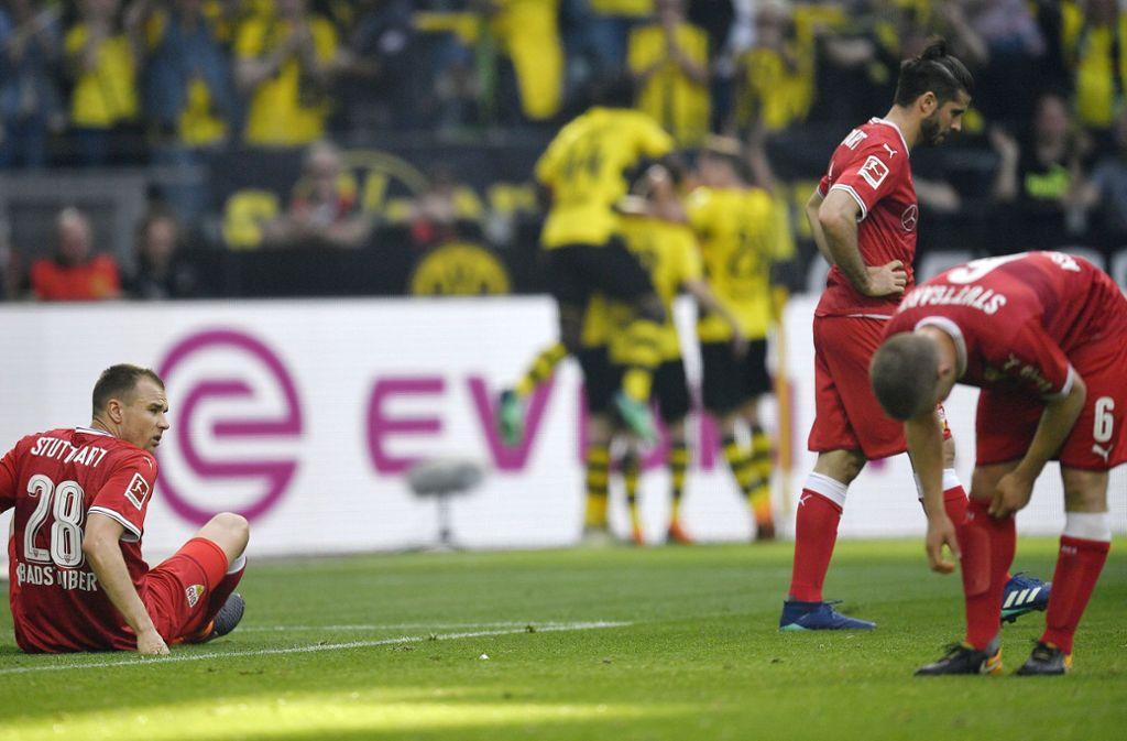 Ratloser VfB, jubelnde Dortmunder: Eine starke Anfangsphase reichte den Stuttgartern nicht zu einem Erfolg gegen den BVB. Foto: AP