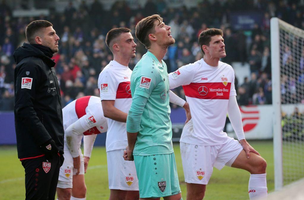 Der Gang in die Fankurve war für die VfB-Profis nach der Niederlage gegen den VfL Osnabrück kein Vergnügen. Foto: Pressefoto Baumann/Julia Rahn