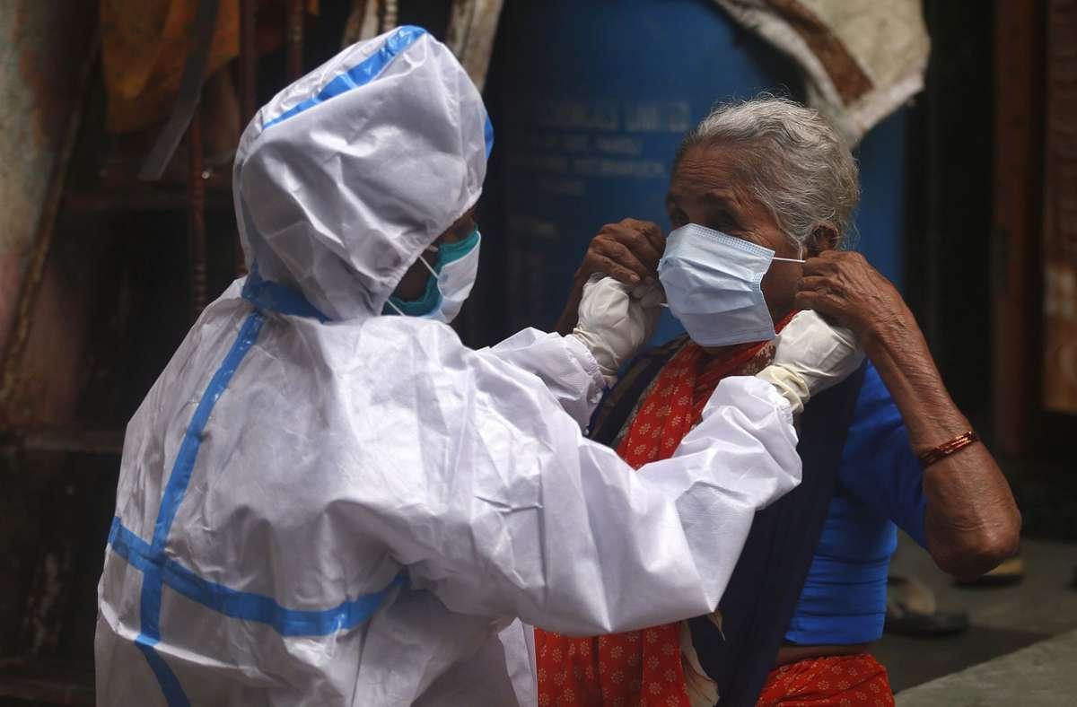 Etwa die Hälfte der bestätigten Infektionen entfielen  auf nur drei Länder: die USA mit mehr als fünf Millionen Infektionen, Brasilien mit über drei Millionen und gut zwei Millionen in Indien. Foto: AP/Rafiq Maqbool