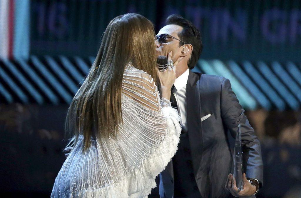 Bussi für den Ex-Mann: Jennifer Lopez herzt bei den Latin Grammy Awards Marc Anthony. Foto: dpa
