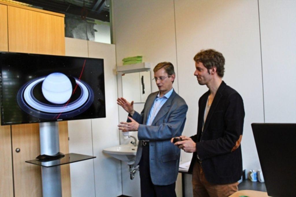 Planetariumsleiter Uwe Lemmer (links) und Ubbo Grassmann, seit dem Frühjahr sein Stellvertreter, haben den Ärger über die verschobene Wiedereröffnung schnell verwunden. Sie bereiten gemeinsam die neue Fulldome-Technik vor. Foto: